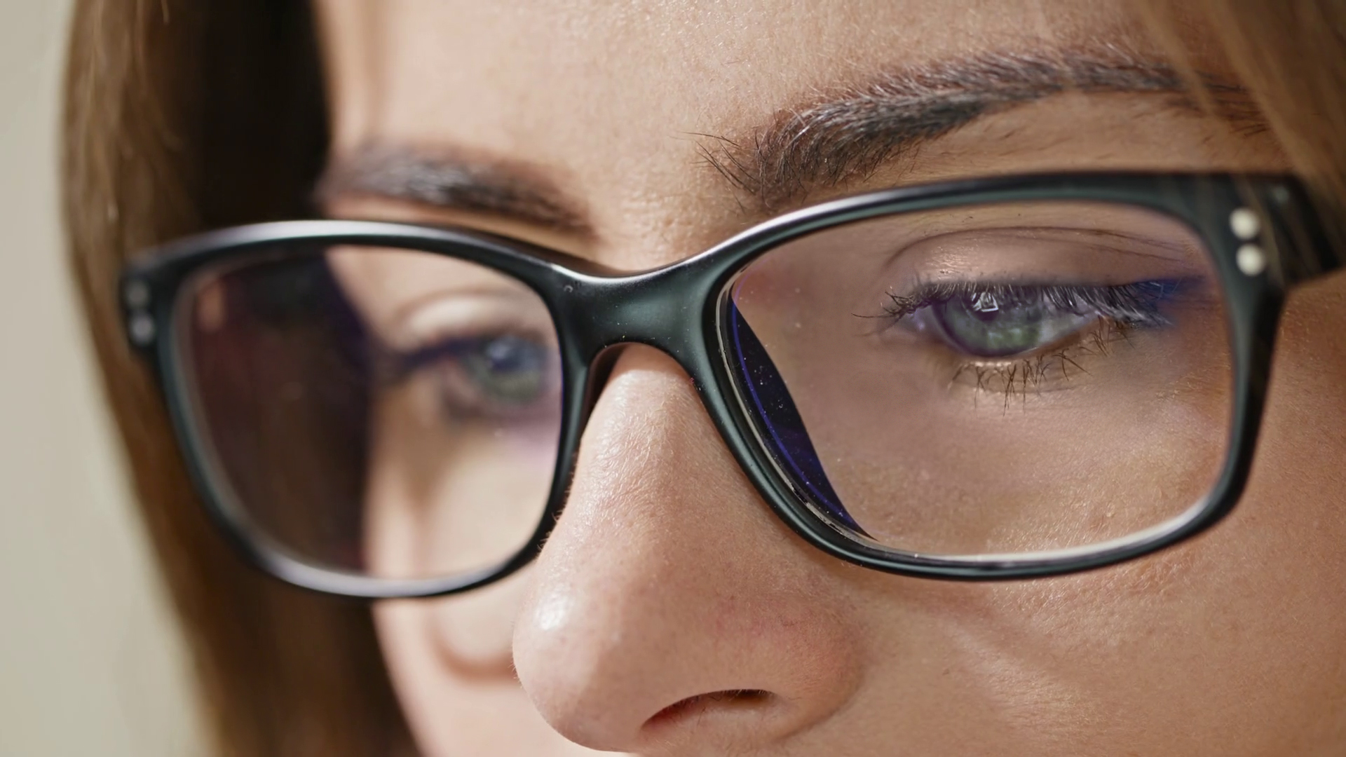 close-up-shot-of-woman-eyes-in-glasses-reflecting-a-working-computer-blue-screen_hoghlcawdx_thumbnail-full01